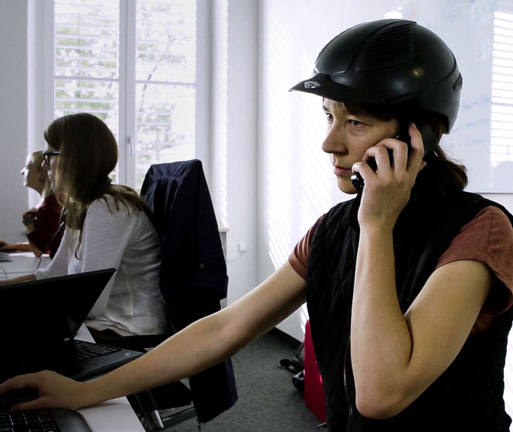 Tradebyte Recruting Film - Mitarbeiterin telefoniert